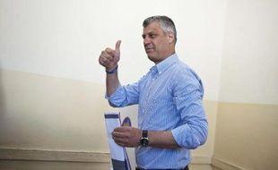 Le Premier ministre kosovar Hashim Thaçi vote à l'occasion des élections législatives à Pristina le 8 juin 2014