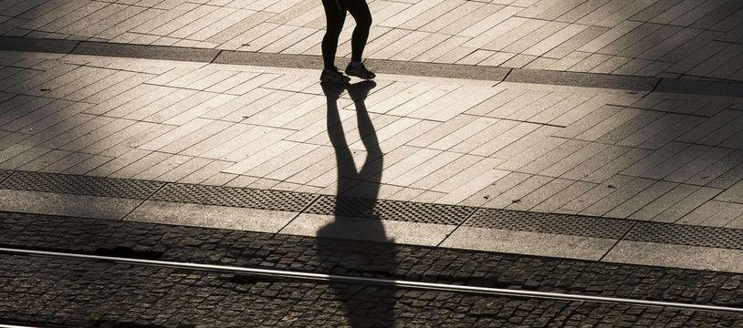 Une femme marche seule à Nantes