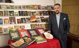 Les ouvrages du créationniste Adnan Oktar ont été distribués devant des collèges.