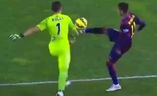 L'attaquant du FC Barcelone Neymar tente de voler le ballon au gardien de la Real Sociedad, le 4 janvier 2015.