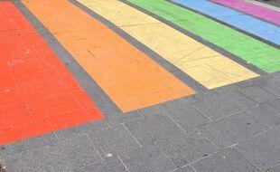 Symbole de la lutte contre l'homophobie et la discrimination, des villes passent les passages piétons aux couleurs Arc-en-ciel du drapeau LGBT