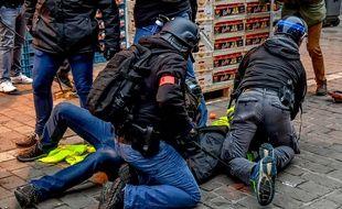 Un «gilet jaune» interpellé lors d'une manifestation, le 5 janvier.