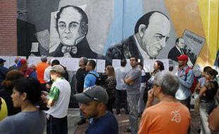 Les Vénézuéliens font la queue devant les bureaux de vote, dimanche 30 juillet 2017 à Caracas, pour élire l'Assemblée constituante.