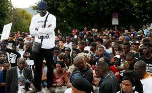 Plusieurs milliers de personnes à Beaumont-sur-Oise (Val-d'Oise), le 22 juillet 2016 lors d'une marche blanche, après la mort mardi d'Adama Traoré