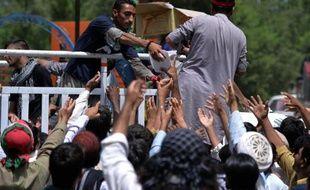 Des partisans du prêcheur Tahir-ul-Qadri et de Imran Khan reçoivent de la nourriture lors d'une manifestation à Islamabad le 17 août 2014