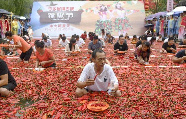 Un compétiteur au concours de dégustation de piments forts à Ningxiang en Chine.