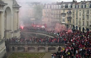 Les joueurs lillois saluent les fans du haut d'un bus à toit ouvert à Lille dans le nord de la France, lundi 24 mai 2021, pour célébrer la victoire en Ligue 1.