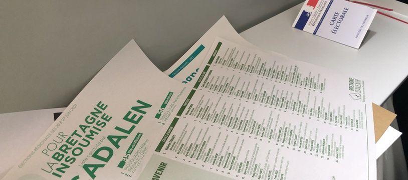 Des bulletins de vote ici lors du premier tour des élections régionales en Bretagne.