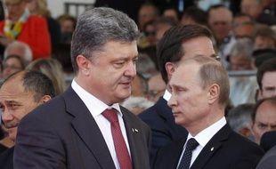Le président ukrainien Petro Poroshenko (G) passe devant le président russe Vladimir Poutine lors des commémorations du Débarquement en Normandie, le 6 juin 2014 à Ouistreham