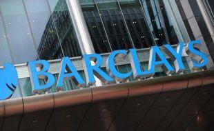 De retour dans le vert en 2013, le géant bancaire britannique Barclays va encore tailler largement dans ses effectifs tout en gâtant ses banquiers vedettes, s'attirant immédiatement de vives critiques.