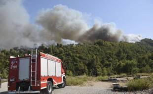 Quatre villages du nord-ouest du Péloponnèse ont été évacués en raison d'un important feu de forêt qui s'est déclaré par des températures caniculaires.