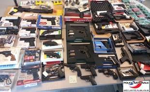 L'arsenal découvert par la police au domicile d'un octogénaire.