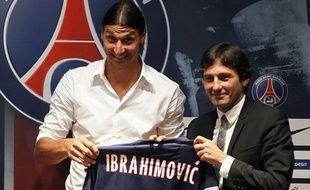 L'attaquant du PSG, Zlatan Ibrahimovic (à g.) lors de sa présentation au Parc des Princes, le 18 juillet 2012.