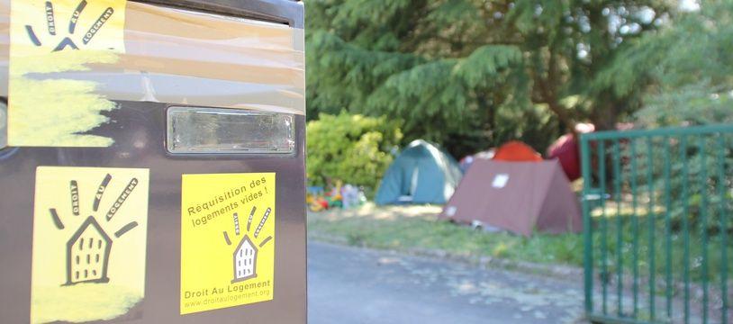 Illustration d'un rassemblement de tentes sur un camp de migrants à Rennes.