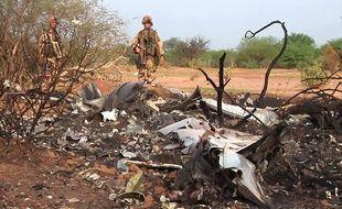 Des soldats français sécurisent la zone du crash dans la région de Gossi dans le nord Mali.