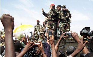 Une foule de Nigériens applaudit des membres de la junte militaire, pendant une manifestation de soutien à Niamey, le 20 février 2010.