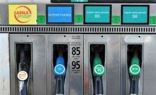 La hausse du prix des carburants a des conséquences sur le comportement des automobilistes dont 44% déclarent avoir réduit leur consommation, selon une étude de l'IFOP pour Dimanche Ouest-France rendue publique samedi.