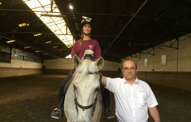 Christophe le Camus, l'un des deux fondateurs de la start-up IM Innov, avec Aurélia Fines qui teste le dispositif à cheval.