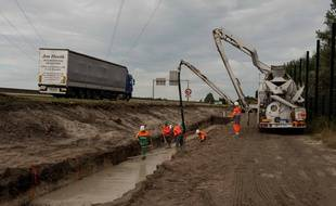 Construction du mur en bordure de la rocade portuaire de Calais