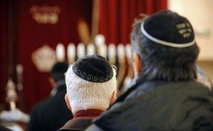 Des Juifs prient dans une synagogue près de Toulouse, le 8 janvier 2009