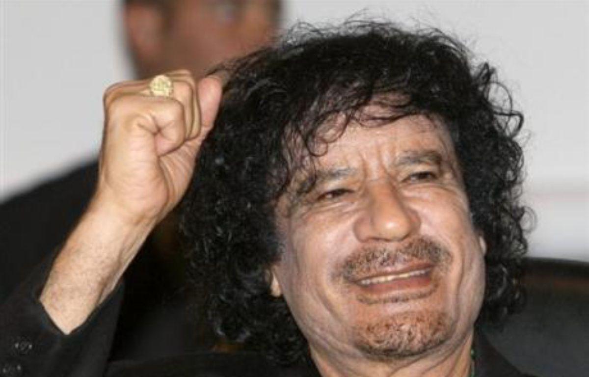 """Le colonel libyen Mouammar Kadhafi poursuivait jeudi sa visite en France, qu'il a lui-même qualifiée d'""""historique"""", en entourant son emploi du temps de mystère après avoir multiplié les déclarations fracassantes propres à alimenter la controverse et l'embarras des autorités. – Jacky Naegelen AFP/pool/Archives"""
