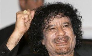 """Le colonel libyen Mouammar Kadhafi poursuivait jeudi sa visite en France, qu'il a lui-même qualifiée d'""""historique"""", en entourant son emploi du temps de mystère après avoir multiplié les déclarations fracassantes propres à alimenter la controverse et l'embarras des autorités."""