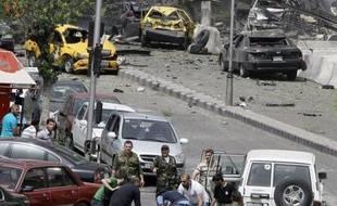 """""""J'étais dans la rue avec ma collègue quand la terre a tremblé sous nos pieds"""", a raconté Anana, 32 ans, qui se trouvait non loin de la place Sabee Bahrat. """"Les gens ont commencé a crier +explosion! explosion!+ et on a vu une épaisse fumée noire se dégager du lieu de l'attentat comme si c'était un tourbillon""""."""