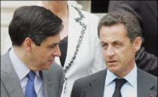 Le duo exécutif Sarkozy-Fillon a, malgré la victoire de l'UMP aux législatives, subi un premier vrai revers dimanche avec la défaite d'Alain Juppé, obligé de quitter un gouvernement dont l'architecture se retrouve déséquilibrée.