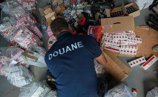 Journée nationale de destruction de  contrefaçons saisies par la douane en presence de Nicole Bricq, ministre  du commerce exterieur, à Chilly-Mazarin le 11 juin 2013.