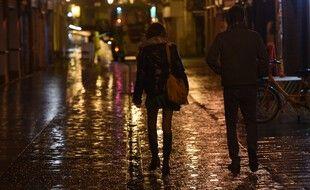 Des passants dans la rue juste avant le couvre-feu, à Biarritz, le 26 octobre 2020.