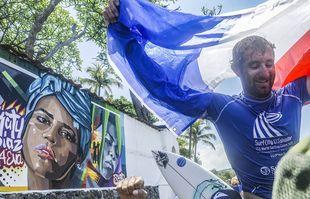 Le surfeur français Joan Duru célèbre sa victoire après la finale masculine, à Tamanique, au Salvador, le 6 juin 2021.