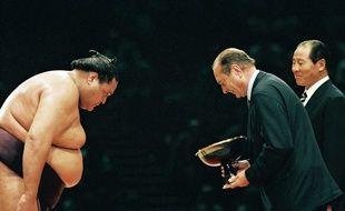 Jacques Chirac remet la coupe a Taro Akebono premier vainqueur du grand tour    noi de sumo, au Palais Omnisports de Paris Bercy. Paris, FRANCE - 14/10/1995