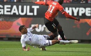 Le tacle du défenseur toulousain Jean-Clair Todibo sur l'attaquant sénégalais de Rennes M'Baye Niang.