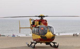 Juillet 2019, hélicoptère de la Sécurité civile Dragon 33, sur la plage de Soulac-sur-Mer (Gironde)
