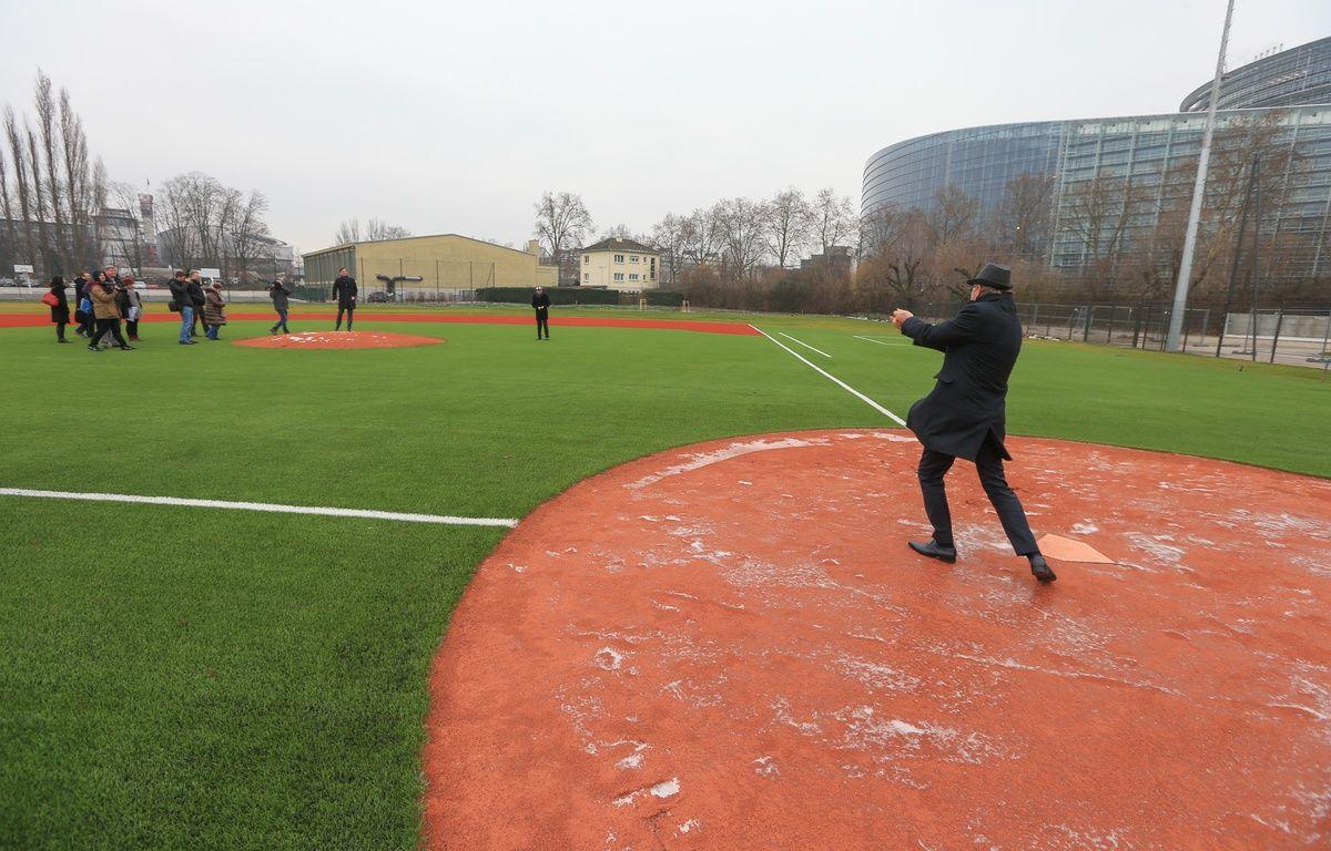 Serge Oehler, adjoint au maire en charge des sports, en pleine frappe, sur le nouveau terrain de baseball au Wacken. Strasbourg 19 01 2016. – G. Varela / 20 Minutes