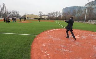 Serge Oehler, adjoint au maire en charge des sports, en pleine frappe, sur le nouveau terrain de baseball au Wacken. Strasbourg 19 01 2016.
