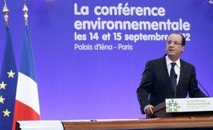 François Hollande a ouvert vendredi la conférence environnementale et la voie à une transition écologique en appelant à un nouveau modèle de croissance et en annonçant la fermeture de la centrale nucléaire de Fessenheim fin 2016 et le rejet de plusieurs demandes de permis d'exploration de gaz de schiste.