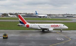 Un avion de la compagnie Hop décolle sur la piste de l'aéroport de Rennes Saint-Jacques.