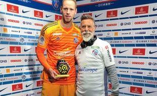 Matz Sels reçoit le trophée d'homme du match lors de PSG-Strasbourg, le 7 avril 2019.