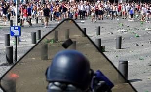 De violents affrontements ont opposé supporters russes et anglais sur le Vieux Port à Marseille, le samedi 11 juin 2016.