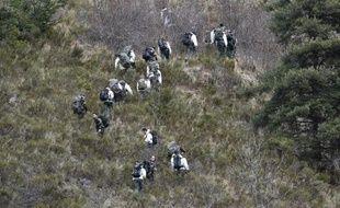 TOPSHOTS Des militaires du 4e régiment de Chasseurs (RCH) basé à Gap (Hautes-Alpes) participent le 25 mars 2015 aux recherches sur la région des Alpes où la veille s'est écrasé l'Airbus 320 de Germanwings
