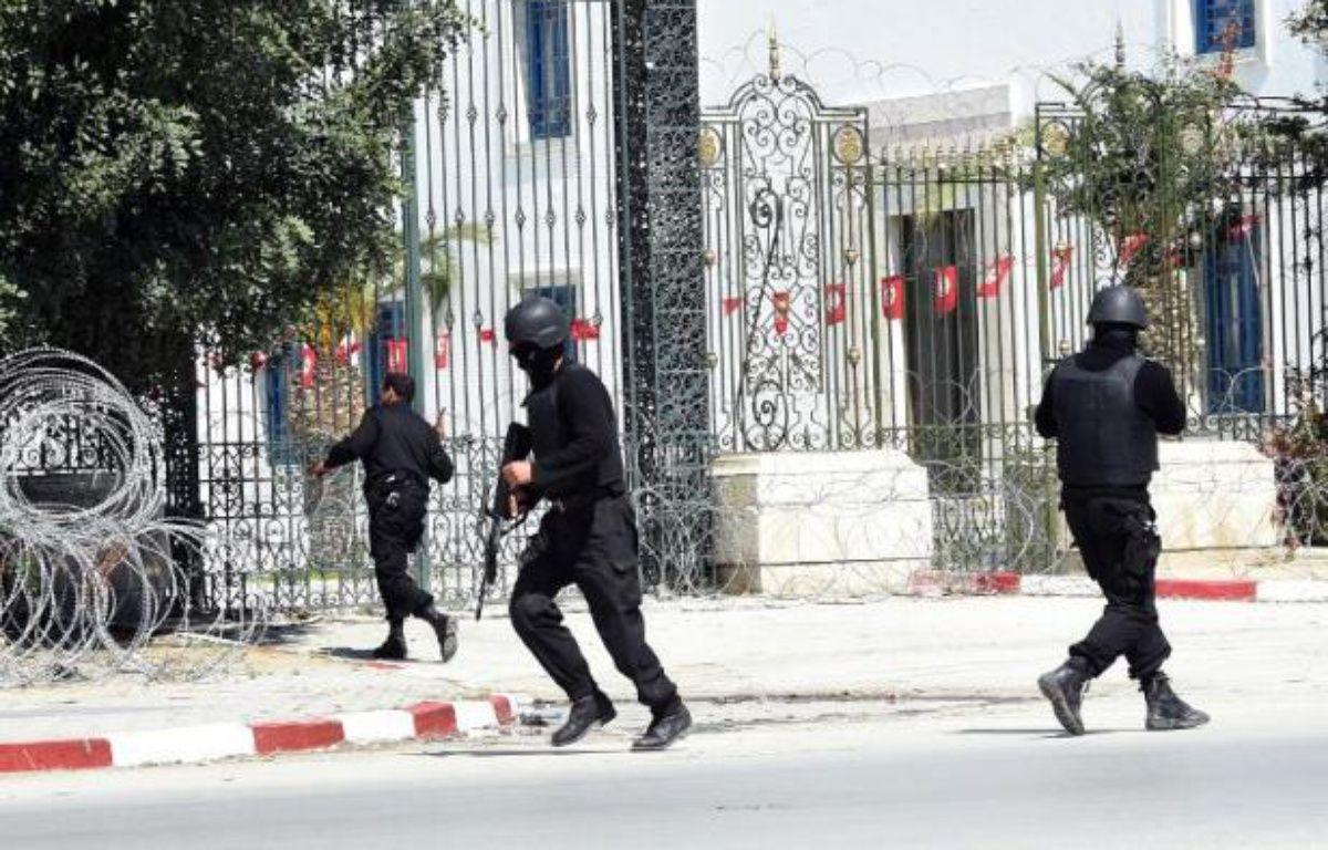 Des membres des Forces spéciales tunisiennes sécurisent le musée Bardo à Tunis après une attaque terroriste, le 18 mars 2015 –  AFP