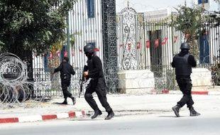 Des membres des Forces spéciales tunisiennes sécurisent le musée Bardo à Tunis après une attaque terroriste, le 18 mars 2015