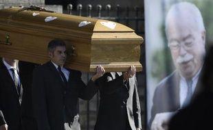 Le cercueil de Christophe de Margerie porté à l'issue de ses obsèques le 27 octobre 2014 à l'église Saint-Sulpice à Paris