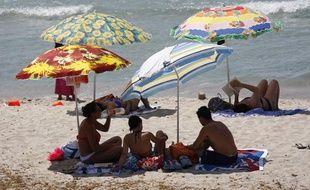 En Corse, les vacanciers profitent de la plage de Cargèse.