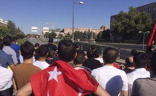 A Ankara, les habitants attendent près du siège de l'état major.