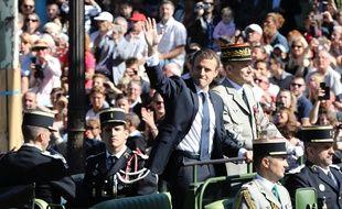 Emmanuel Macron et le général Pierre de Villiers remontant les Champs-Elysées le 14 juillet 2017.