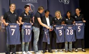 Présentation de l'équipe de football féminine du Paris Saint-Germain au parc des Princes le 6 septembre 2012. (Lindsay Horan, Linda Bresonik, Annike Krahn, Farid Benstiti, Laure Boulleau, Shirley Cruz Trana et Sabrina Delannoy)