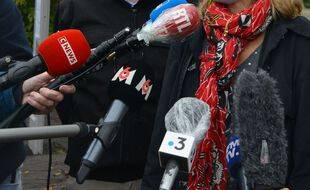 Des micros de plusieurs radios et télévisions françaises