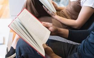 Des élèves lisant un livre.